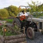 Non, savoir utiliser un tracteur n'est pas une obligation.